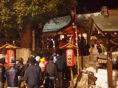 山神宮祭典(お天狗さん)開催を待つ人