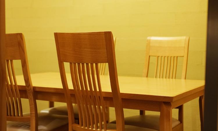 もちづき 店内 テーブル席