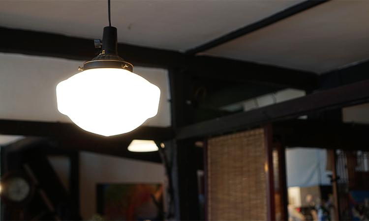 カフェ 月光 レトロな照明器具